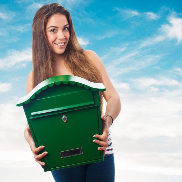 mujer sujetando gran buzon verde 1187 1433